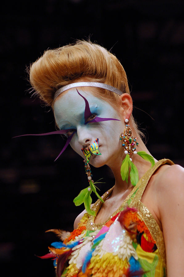 Model in a Manish Arora design (Spring 2007 collection) at London Fashion Week | By Rebecca Cotton from London, UK (manish arora ss07) [CC BY 2.0 (http://creativecommons.org/licenses/by/2.0)], via Wikimedia Commons